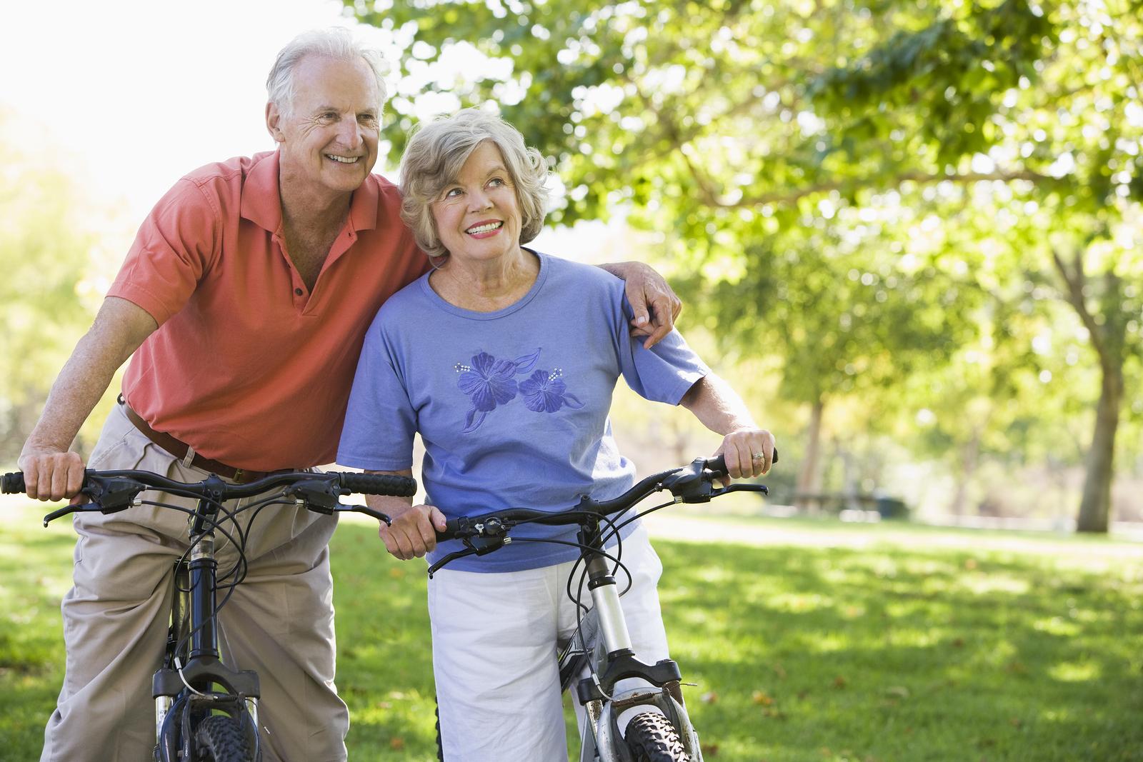 Pareja Adultos Mayores en bicicleta